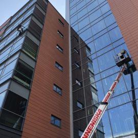 Myös korkeiden ikkunoiden pesu onnistuu